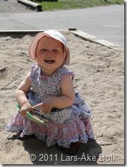Julia leker i sandlådan