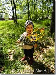 Julia leker glatt med en vindsnurra
